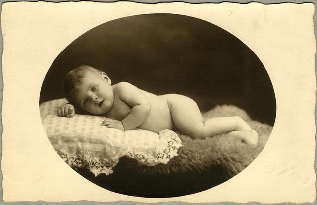 Baby op schapenvacht, 1928