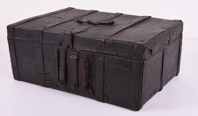 Kistje, rechthoekig, lederenbekleding met halfcirkelvormige motieven