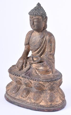 Boeddha Sakyamuni zittend in padmasana op een dubbele lotustroon
