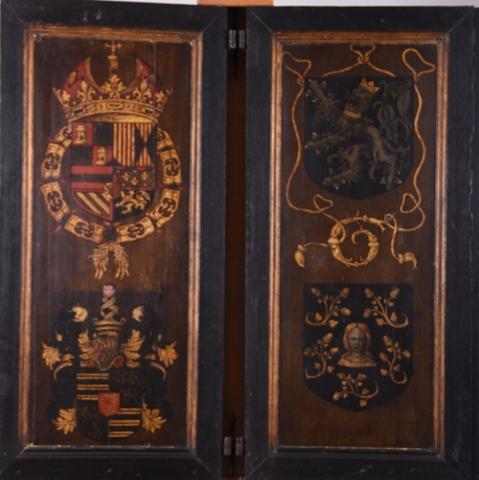Twee met wapenschilden versierde zijluiken van een retabel