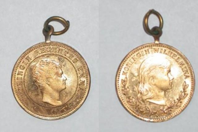 Afbeeldingsresultaat voor Portretpenning van de Nederlandse koningin Wilhelmina en regentes Emma, (± 1890)