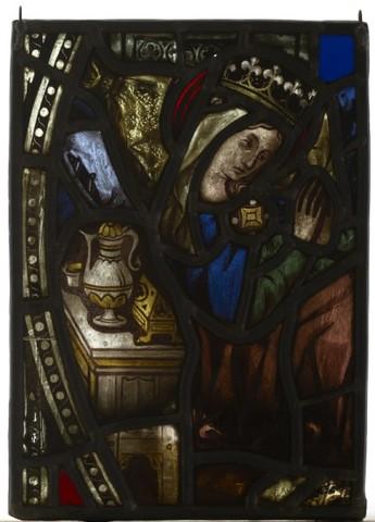 Gekroonde vrouwelijke figuur in interieur