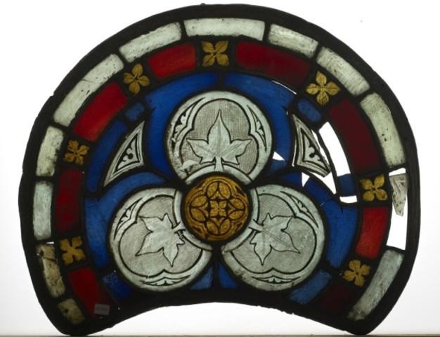 Medaillon met driepas en florale motieven