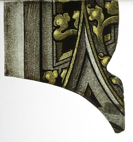 glasraamfragment, pinakel met maaswerk