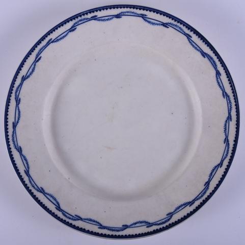 Plat bord met blauwe randversiering