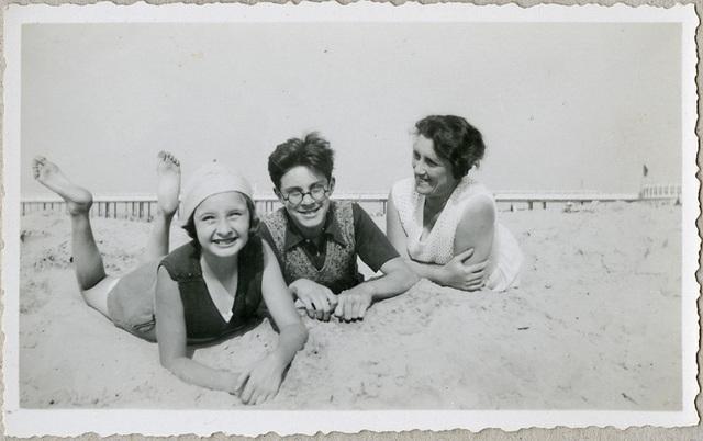 Moeder en kinderen op strand, Blankeberge, 1933