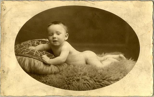 Studioportet van baby op schapenvacht, 1926-1927