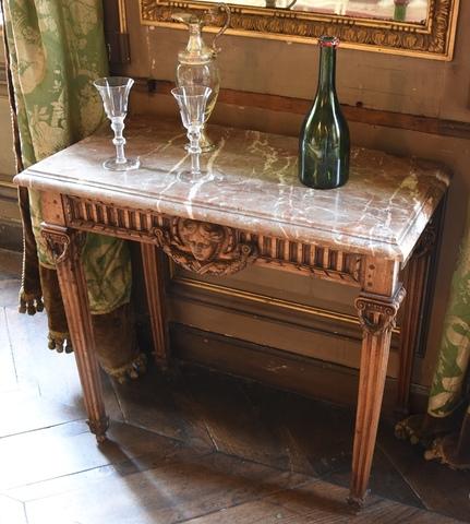penanttafeltje met 4 naar onder toe verjongende geionneleerde poten, Lodewijk XVI-stijl