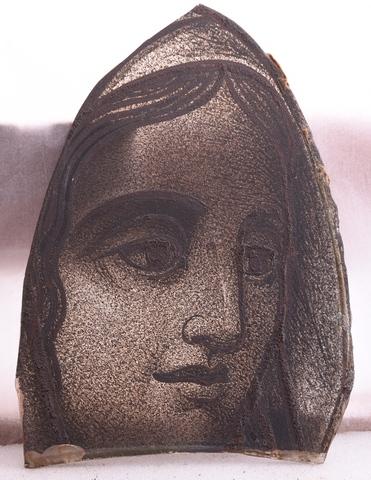 glasraamfragment, vrouwengelaat