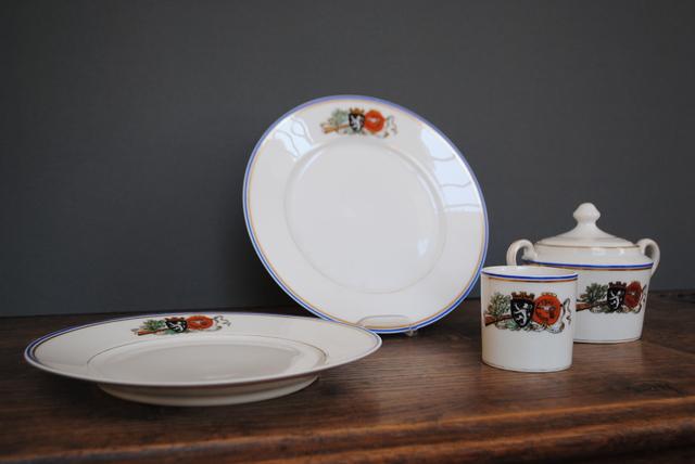 Twee borden, kopje en suikerpot
