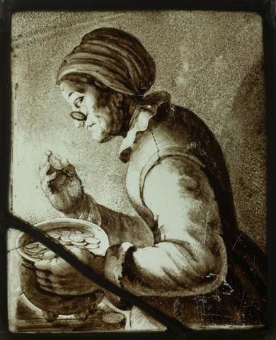 glasraamfragment, grisaille, oude vrouw met muts en bril bekijkt munt
