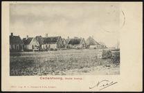 gras met bouwstenen op voorgrond; achtergrond huizen en boerderijen.
