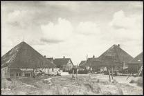 Stolpboerderijen en huizen vanaf de achterzijde.