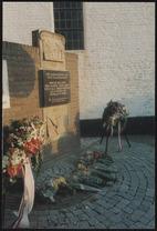 Monument 1940-1945 met kransen en bloemen.