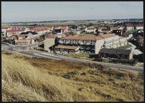 helm op duin Seinpost; deel Dorpsweg met appartementen Beachhotel; afslag Abbest…