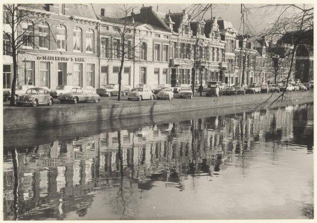 Grachtenpanden Nieuwe Gracht, tussen Kruisweg en Zijhuizen. Links N.V. Slavenburg' s Bank.