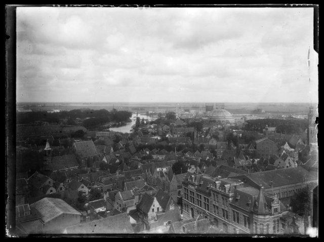 Luchtfoto van Haarlem, vanuit de toren van de Bavo, ziende naar het noorden, met onder andere de gasfabriek in de Waarderpolder, de koepelgevangenis, molen De Adriaan, de synagoge aan de Lange Begijnestraat en het concertgebouw nu de Philharmonie.