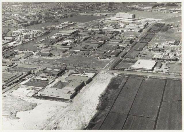 Luchtfoto van de Waarder- en Veerpolder met linksboven de Industriehaven.