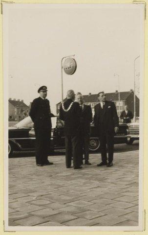 1e steenlegging van de torenflat aan de Plantage voor bejaarden (Humanitas) door H. Westermann, lid van Ged. Staten van N-H. Bouwdag 07-05-1960.