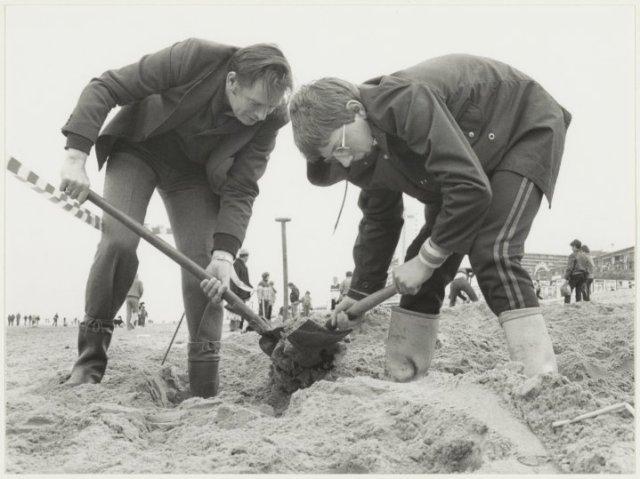 Strand bij Zandvoort: Paaseieren zoeken.