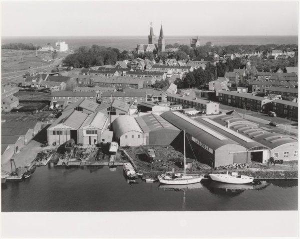 Luchtfoto Medemblik met Scheepswerf J.Jongert en de firma Lagendijk.