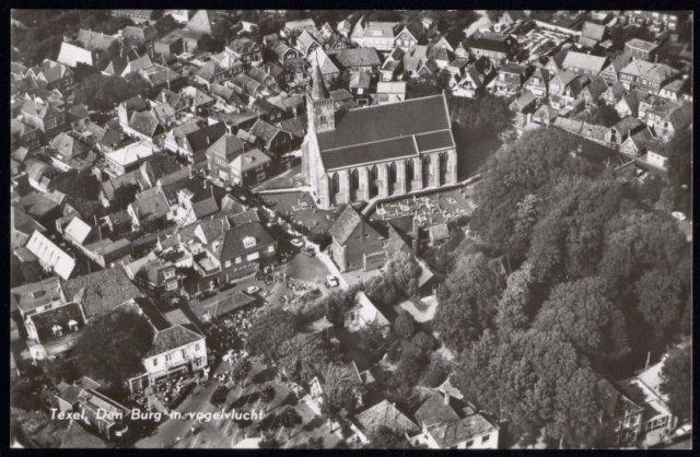 Luchtfoto van Den Burg, met centraal de N.H. Kerk.