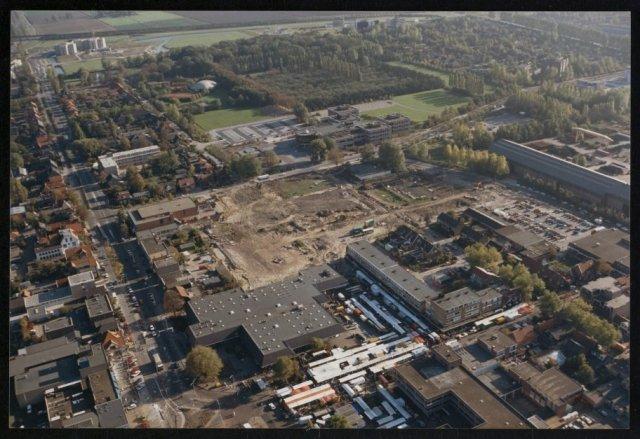 Luchtfoto van het bouwterrein voor de bouw van het winkelcentrum Het Polderplein.