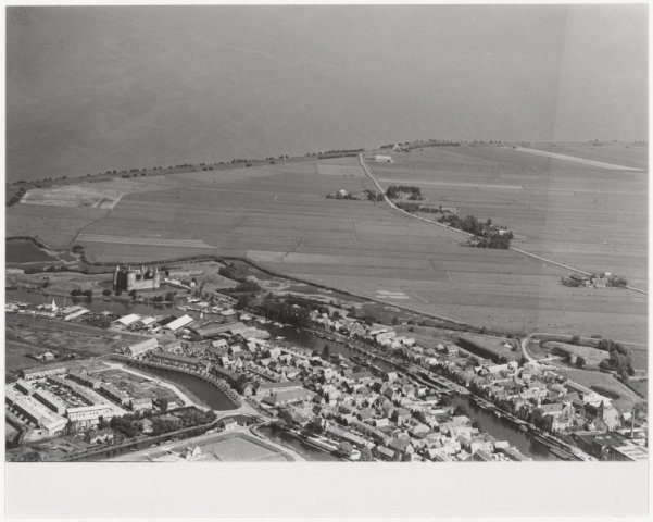 Luchtfoto vestingstad Muiden aan het IJmeer.