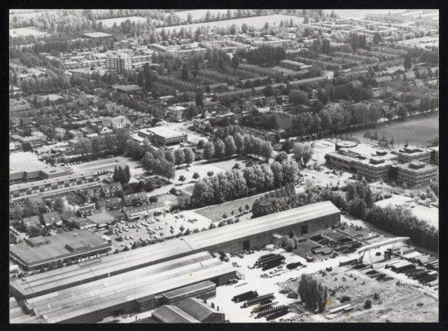 Luchtfoto van het centrum van Hoofddorp met zicht op het dak van Markthof en de Kruisweg.