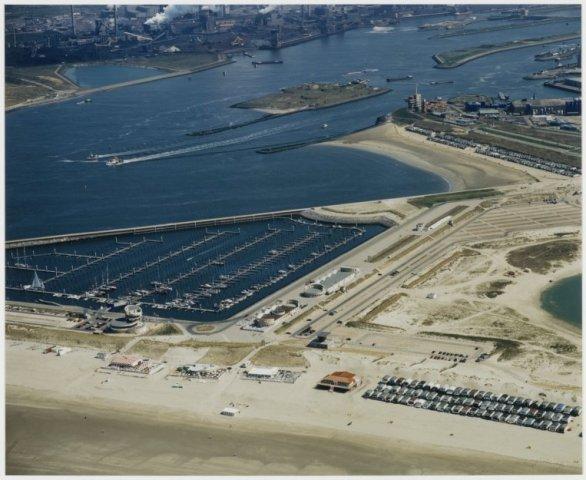 Luchtfoto met op de voorgrond Seaport Marina over het Noordzeekanaal met het Forteiland.