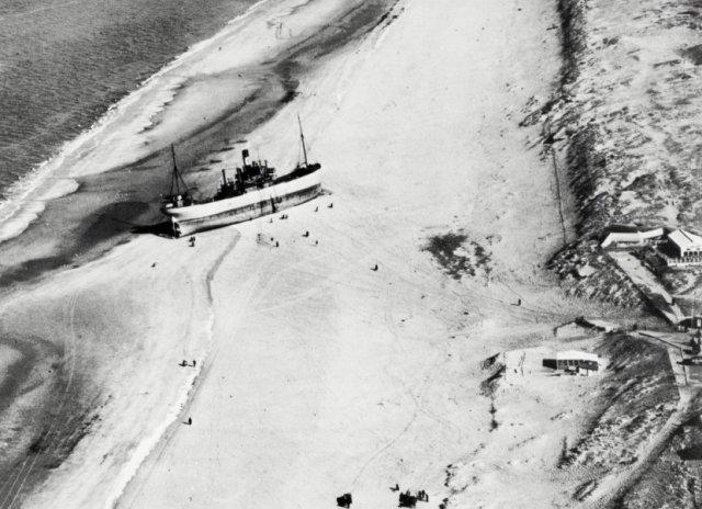 """Luchtfoto van de gestrande """"C.A. Banck""""."""