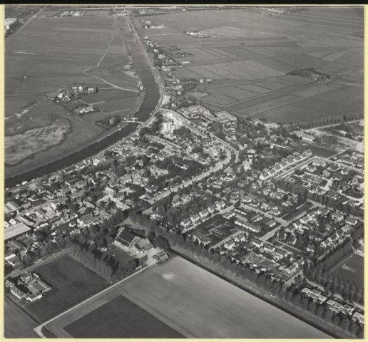 Luchtfoto van Vijfhuizen in noordelijke richting gezien met links de Ringvaart, 1979.