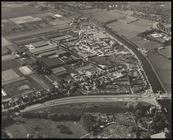 Luchtfoto van Cruquius met de Ringvaart, wegen, het gemaal en bedrijventerrein.