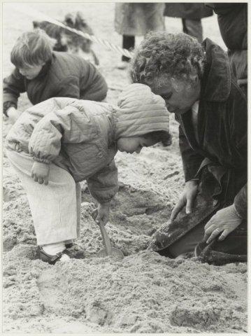 Paaseieren zoeken op het Zandvoortse strand