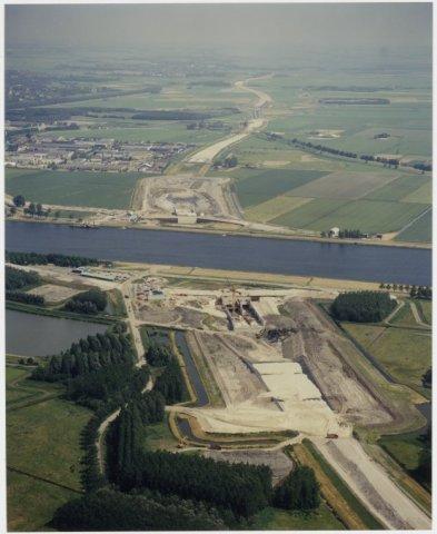 Luchtfoto gezien naar het noorden, over de in aanbouw zijnde snelweg A 22 en de Wijkertunnel.