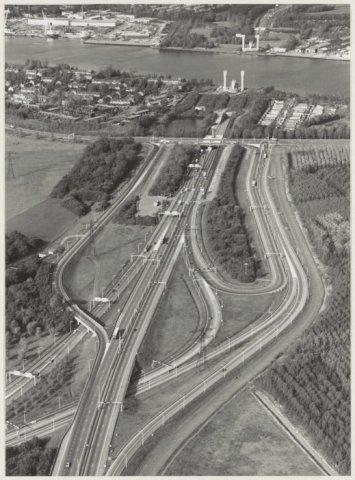 Luchtfoto van de verkeerswegen naar de Velsertunnel en het Noordzeekanaal.
