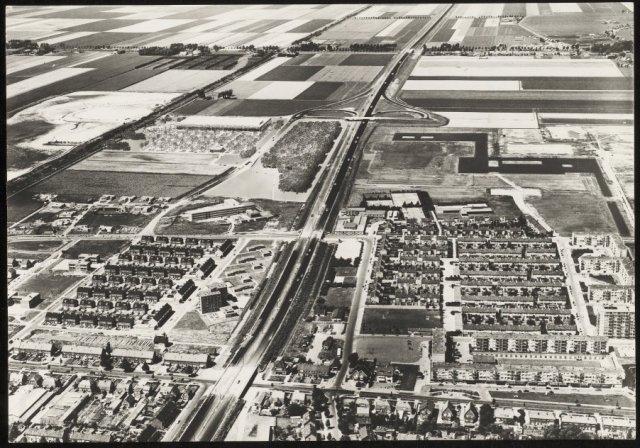 Luchtfoto van de westelijke helft van Badhoevedorp met ingetekend bedrijfsplan (dat niet is doorgegaan.)
