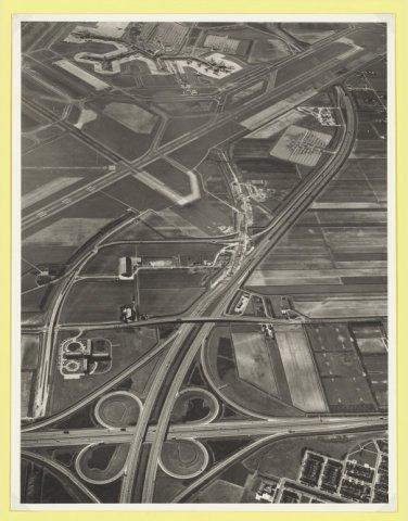 Luchtfoto Badhoevedorp met wegkruising RW 4 en RW 6 ten noordoosten van Schiphol.