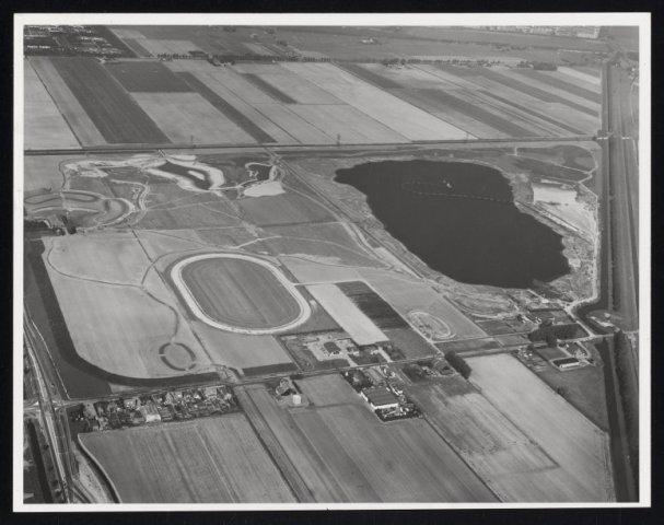 Luchtfoto van de aanleg van het Haarlemmermeerse bos. 1975.
