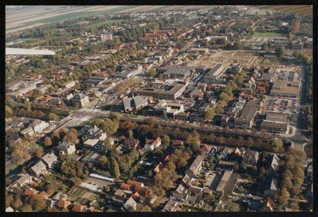 Luchtfoto van het centrum van Hoofddorp, gezien vanaf Hoofddorp-West. Een begin met de bouw van het winkelcentrum Het Polderplein.