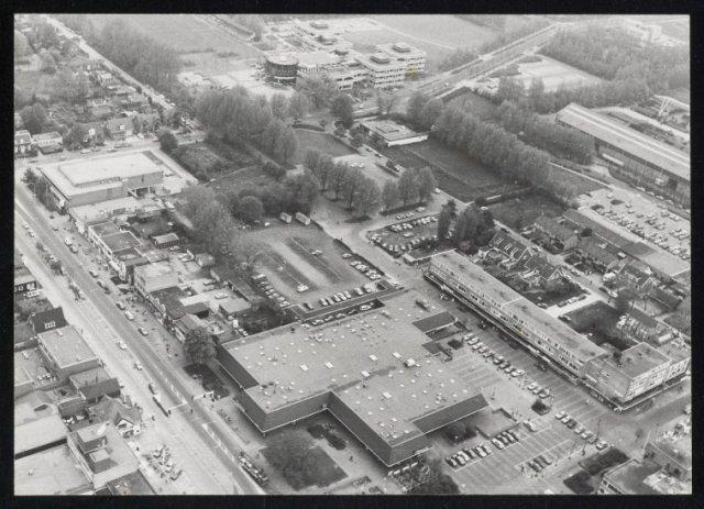 Luchtfoto van het centrum van Hoofddorp met het raadhuis, het Spaansterrein en de Tuinweg.