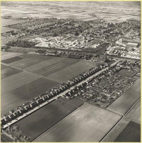 Luchtfoto: Venneperweg te Beinsdorp met op de achtergrond Hillegom, 1979.