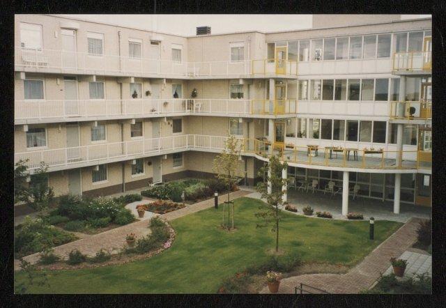 Zestien foto's van ouderenwoningen De Burcht aan de Aletta Jacobsdreef te Hoofddorp. 5/16