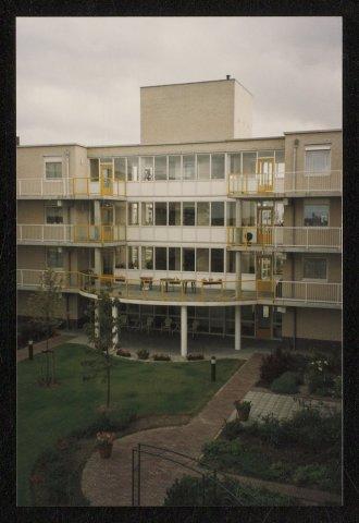 Zestien foto's van ouderenwoningen De Burcht aan de Aletta Jacobsdreef te Hoofddorp. 16/16