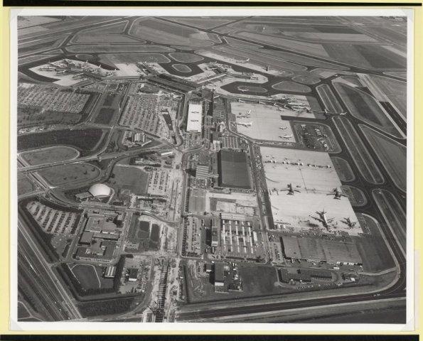 Luchtfoto van Schiphol centrum.