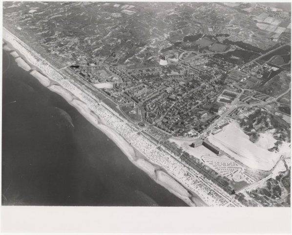 Luchtfoto kuststrook Egmond aan Zee.