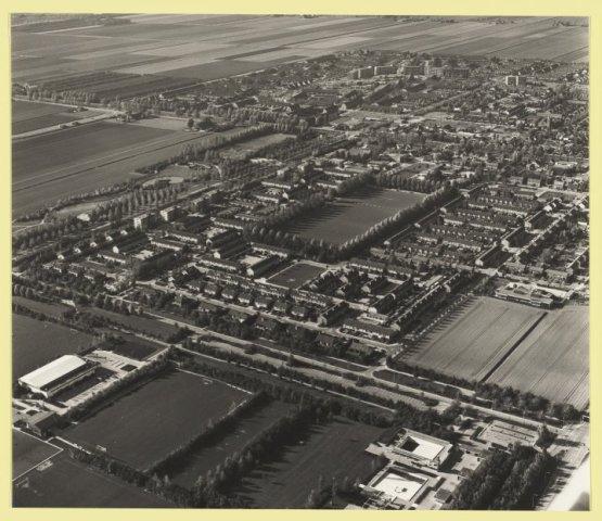 Luchtfoto van Nieuw-Vennep in westelijke richting gezien met op de voorgrond de Vespohal, het zwembad en bovenaan Linquenda.