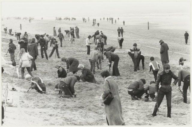 Strand van Zandvoort: Paaseieren zoeken.