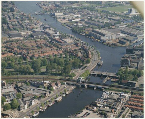 Luchtfoto van het Spaarne met Figee, bouwbedrijf van havenkranen.