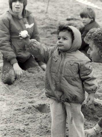 Paaseieren zoeken op het stand. Geschonken in 1986 door United Photos de Boer bv. Identificatienummer 54-002725